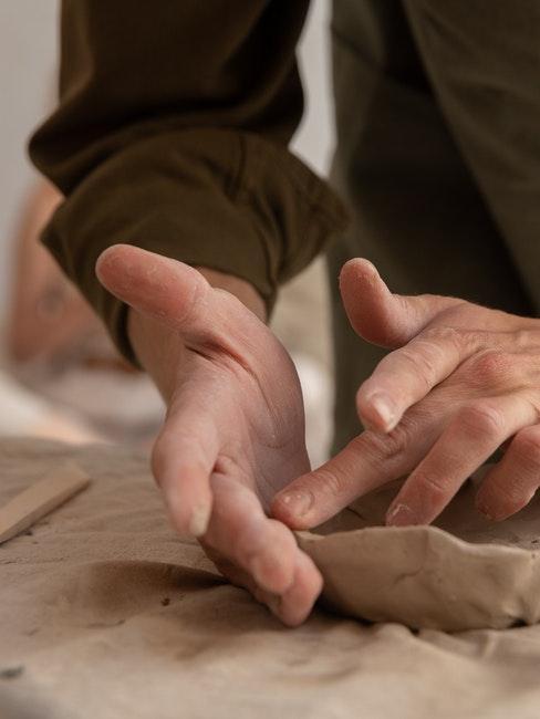 Modelliermasse formen mit den Händen