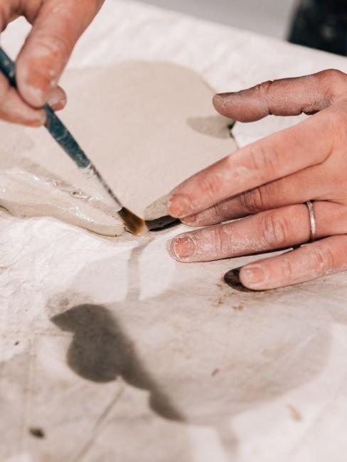 Mit Wasser und einem Pinsel können Korrekturen gemacht werden