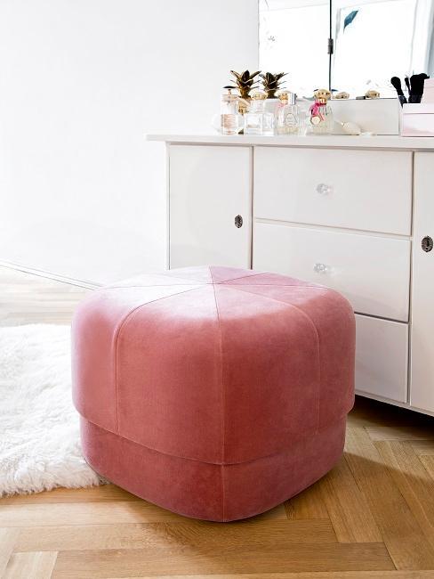 Samt Pouf in Pink neben weißer Kommode