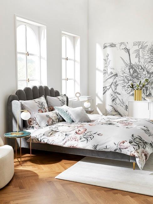 Schlafzimmer mit großem Bett und Tapete in Schwarz-Weiß