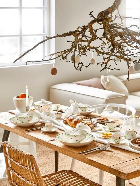 Gedeckter Tisch mit Osterdekoration