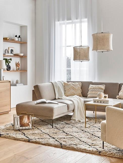 Wohnzimmer eingerichtet mit Möbel in Beigetönen