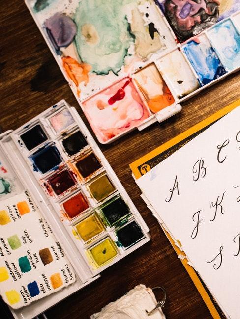 Handlettering ABC und Aquarellfarben zum Verzieren