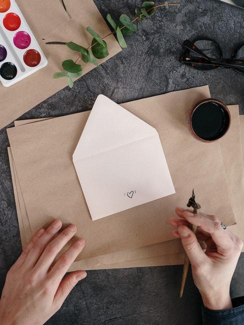 Deko Objekte und Verzierungen zeichnen bei der Kalligrafie