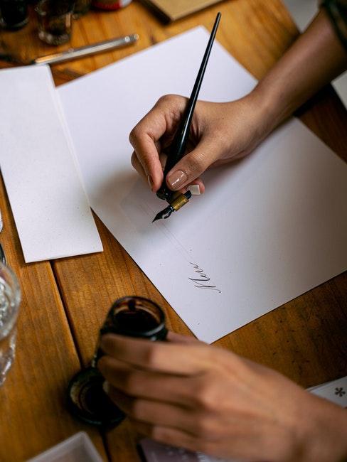 Kalligrafie mit einer Feder und Tinte