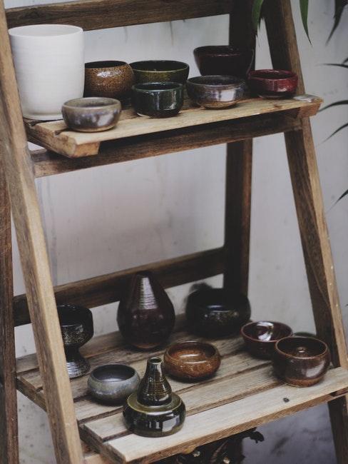 Gebrannte Keramik steht auf einem Regal aus Holz