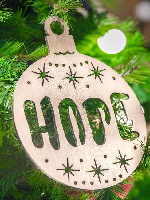 Nachhaltige Weihnachtsgeschenke Hope Holz Weihnachtskugel am Baum