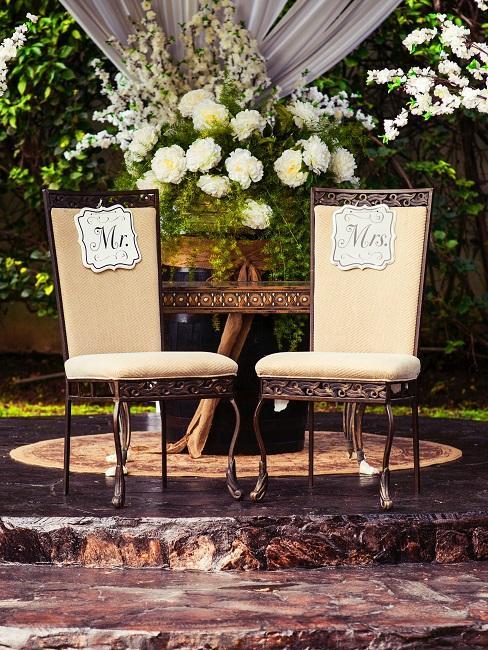 Zwei Stühle mit Beschriftungen