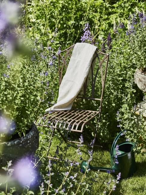 Stuhl steht im Garten