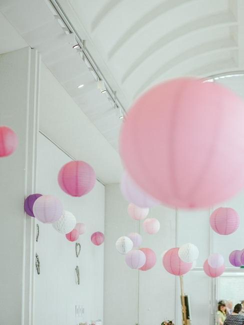 Raumdeko mit rosa Lampions