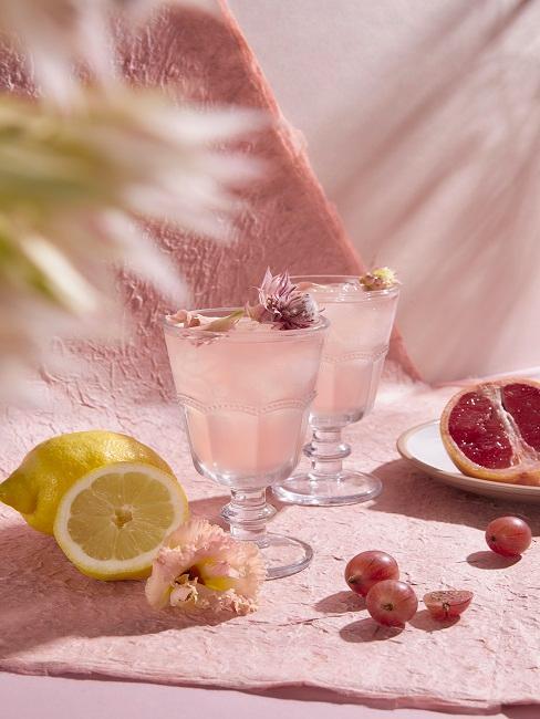 Getränke mit rosa Deko