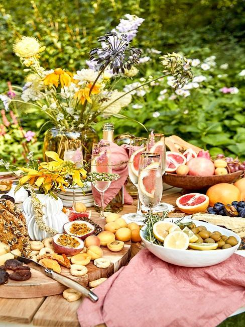 Tisch mit Snacks und Getränken