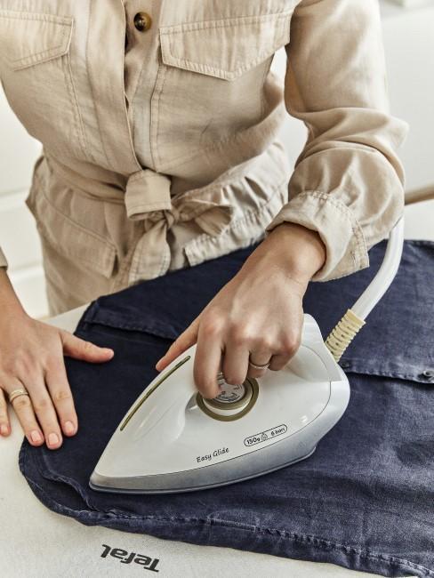 Frau bügelt ein Hemd