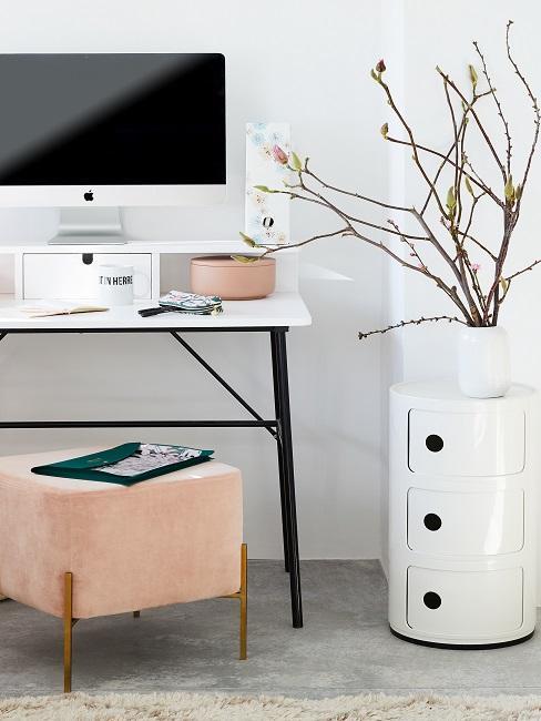 Schreibtisch in Weiß mit lachsfarbenen Hocker und Döschen