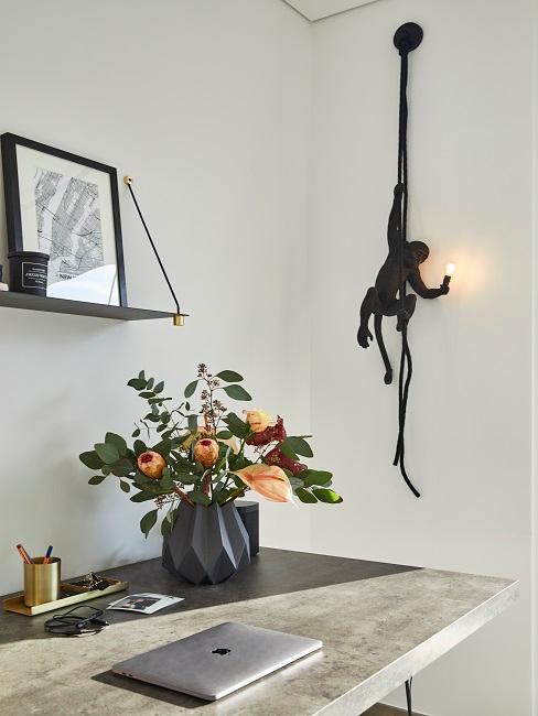 Auffallende Affenlampe neben Schreibtisch