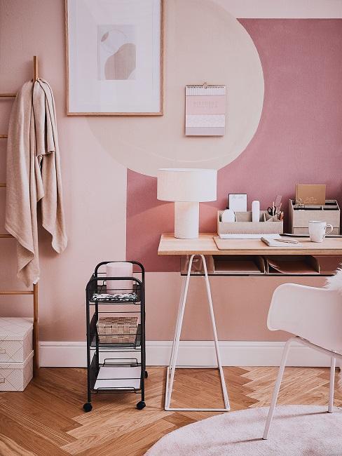 Arbeitszimmer mit farbigen, rosa Wänden