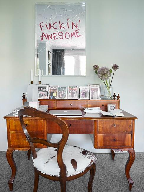 Vintage Schreibtisch aus Holz unter kaputten Spiegel mit Motivationsspruch