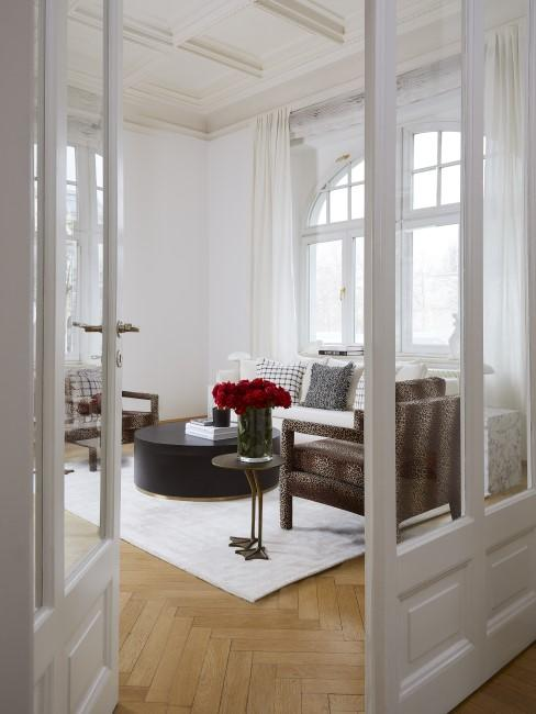 New Heritage Wohnzimmer mit Beistelltisch, Sessel, Sofa, Teppich und Kissen