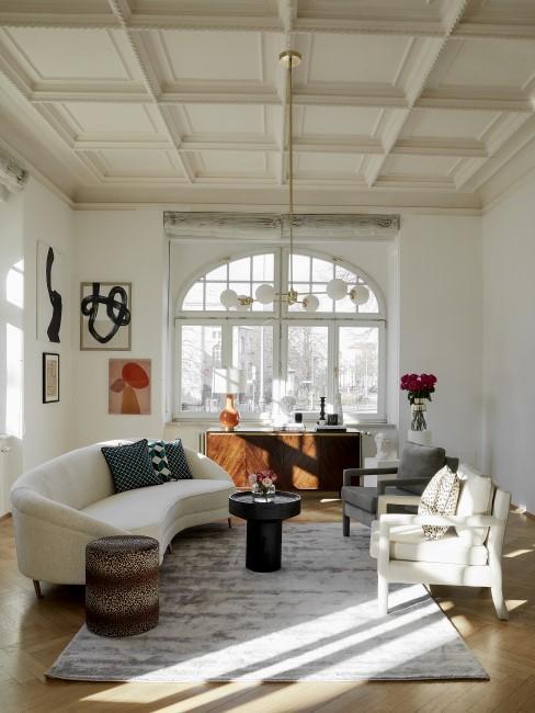 New Heritage Wohnzimmer mit Sesseln, Pouf, Sofa, Teppich, Kommode und Beistelltisch
