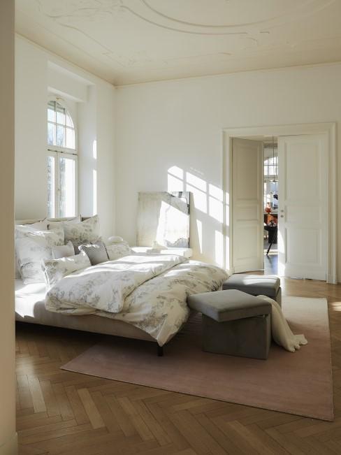 New Heritage Schlafzimmer mit Teppich und Samthockern