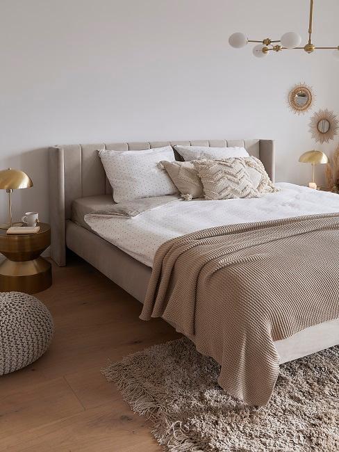 Bett, Kissen und Tagesdecke in Beigetönen