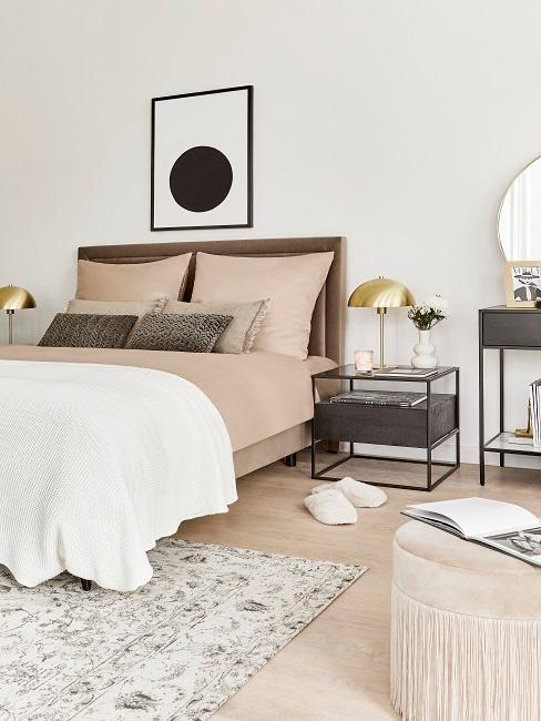 Schlafzimmer eingerichtet mit einem Bett in Beige