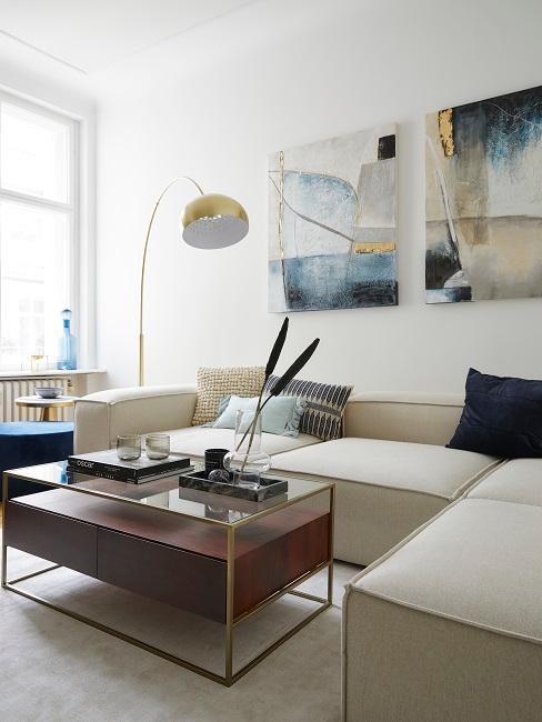 Wohnzimmer mit großem Sofa, Couchtisch und Bogenlampe