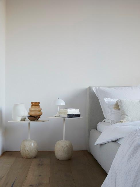 Schlafzimmer mit zwei Nachttischen und Deko