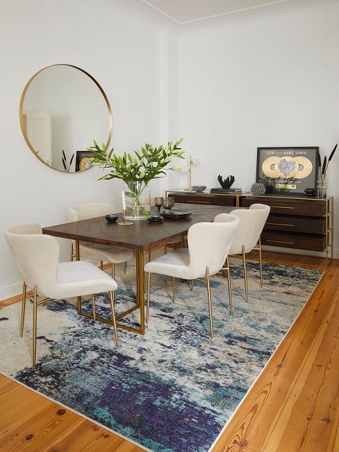 Essbereich mit Möbeln und goldenen Akzenten