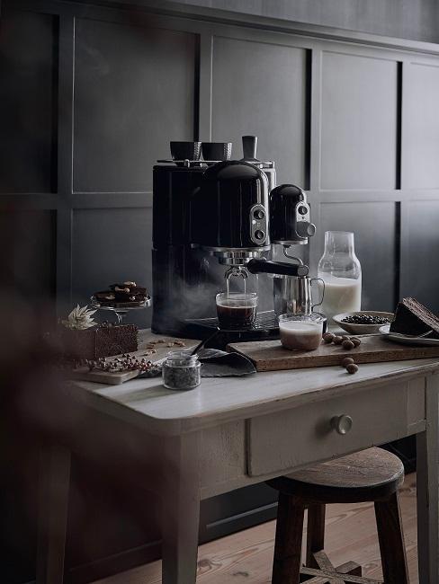 Kaffeemaschine und Kaffeeutensilien auf kleinem Tisch
