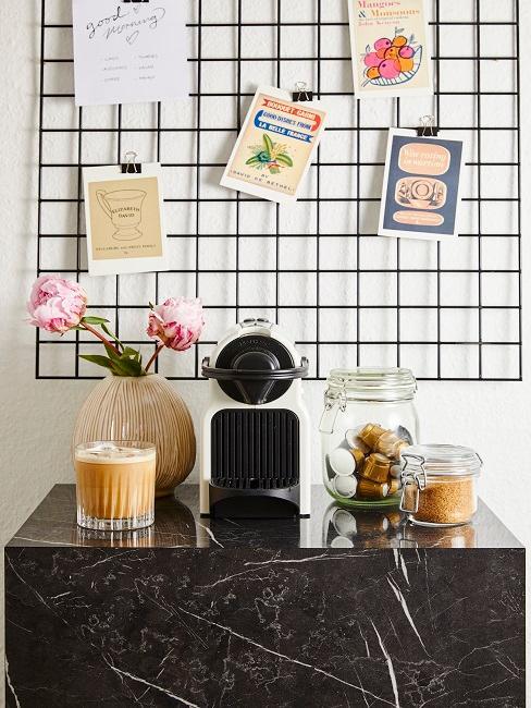 Kaffeeecke mit Kaffeeutensilien vor Gitter-Pinnwand