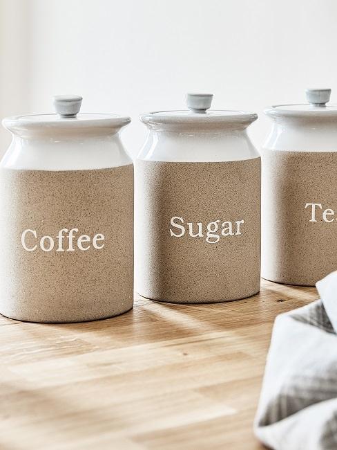 Behälter mit Aufschrift Coffee, Sugar, Tea