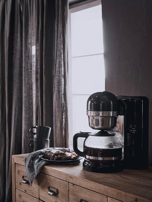 Filter Kaffeemaschine in Schwarz und Gebäck