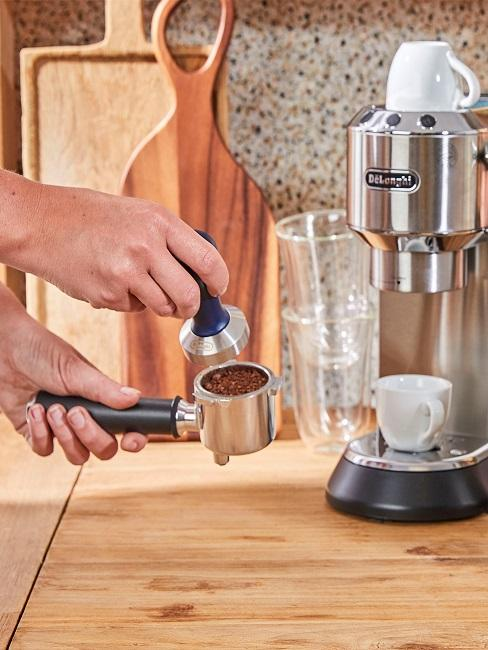 Siebträger befüllt mit Kaffeepulver