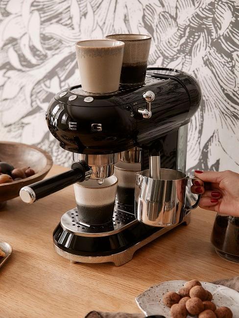 Kaffeemaschine mit Siebträger und Milchaufschäumer