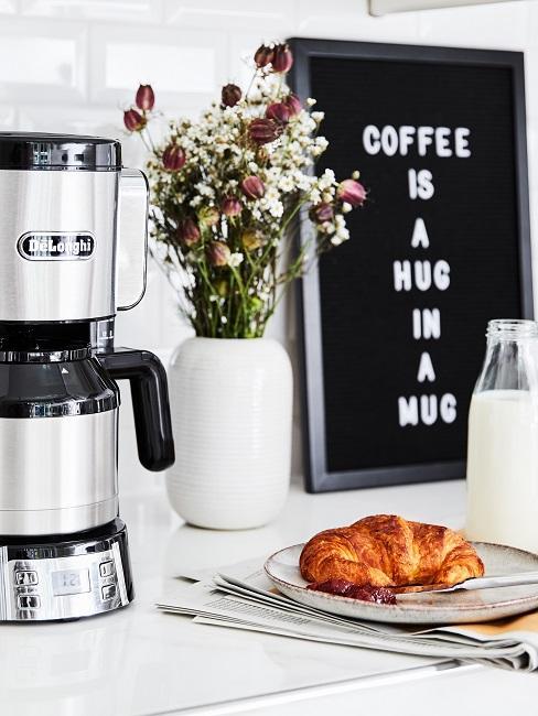 Kaffeeecke mit Kaffeeutensilien und Letterboard mit Kaffeespruch