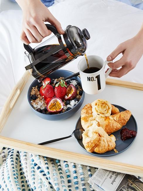 Tablett mit Kaffee und Frühstück im Bett