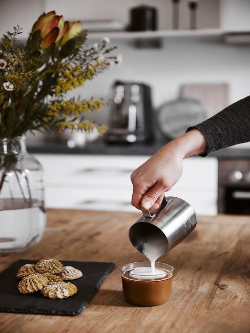 Kaffee mit Milchschaum und Gebäck