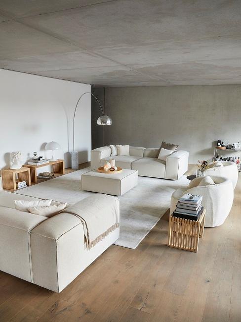 Großes Wohnzimmer eingerichtet mit hellen Wohnzimmermöbel
