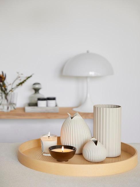 Kleine Deko-Vasen und Kerzen auf Dekotablett aus Holz