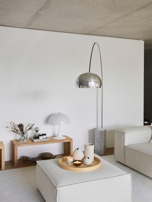Wohnzimmer mit kleinem Couchtisch, Deko und Bogenlampe