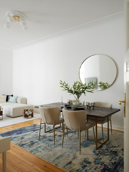 Zimmer eingerichtet mit Möbel und goldenen Details