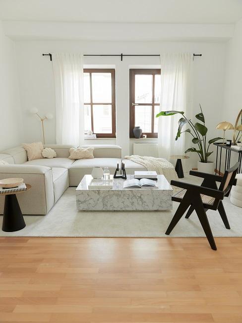 Wohnzimmer eingerichtet mit Wohnzimmermöbel in Schwarz-Weiß