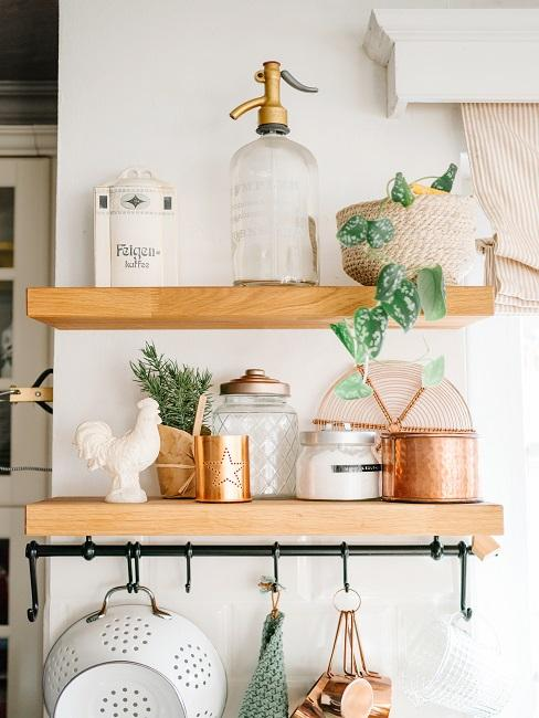 Hängeregale aus Holz mit Küchenutensilien und Deko