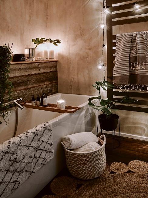 Badezimmer mit Lichterkette und brennenden Kerzen
