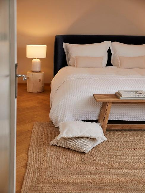 Schlicht eingerichtetes Schlafzimmer in hellen Farben