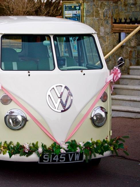 VW Bus mit Hochzeitsdeko