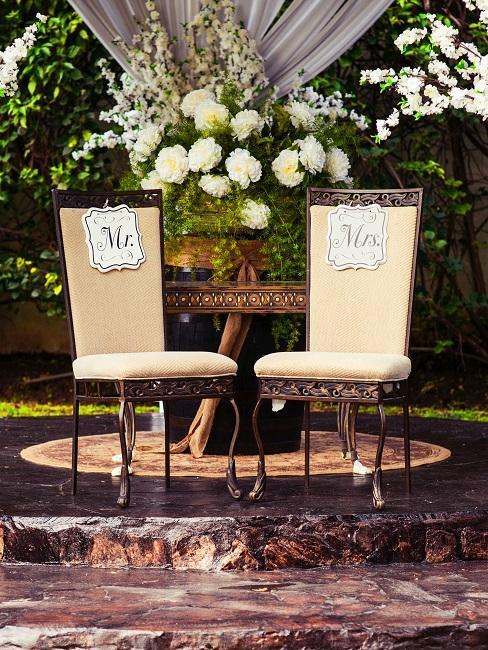 Zwei Stühle mit der Aufschrift Mr und Mrs
