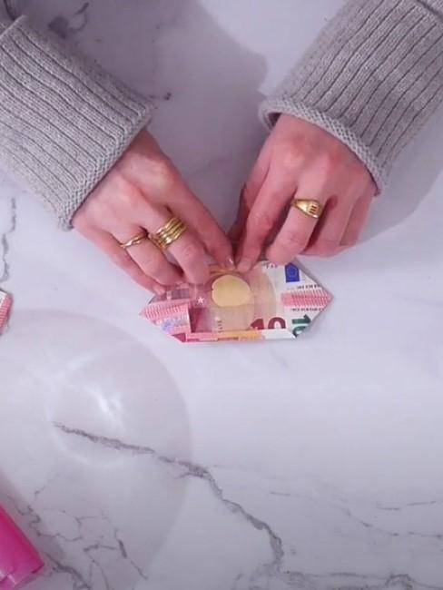 Geldscheine falten auf einem Tisch
