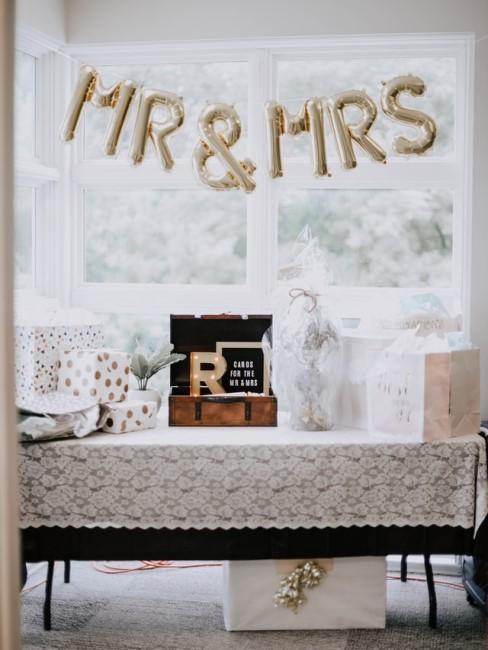 Hochzeitsgeschenke auf einem Tisch